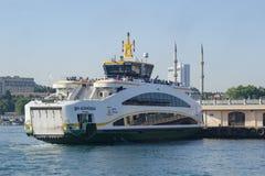 Den nya färjan för Istanbul, Kadikoy pir Arkivbild