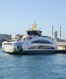 Den nya färjan för Istanbul, Kadikoy pir Arkivfoto