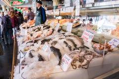 Den nya fisken stannar på pikmarknaden i Seattle, Washington, USA arkivbild