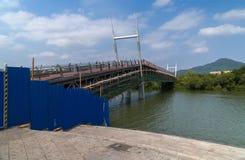Den nya fot- bron byggs över den Linchun flodbanken i staden av Sanya Arkivbilder