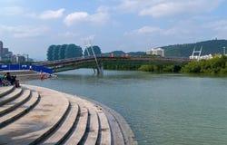 Den nya fot- bron byggs över den Linchun flodbanken i staden av Sanya Royaltyfri Foto