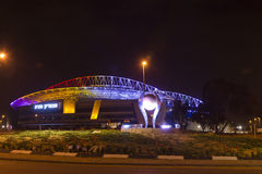 Den nya Natanya fotbollsarenan som är upplyst på natten Royaltyfri Bild