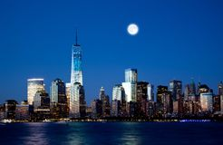 Den nya Freedom Tower och Lower Manhattanhorisonten royaltyfria foton