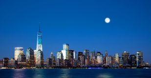 Den nya Freedom Tower och Lower Manhattanhorisonten royaltyfri fotografi