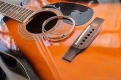 Den nya gitarren stränger pålagt den akustiska gitarren Arkivbilder