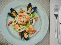 Den nya havs- maträtten i en dyr restaurang modern restaurang Yrkesmässigt kök Härlig portion av mat Royaltyfri Fotografi