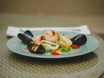 Den nya havs- maträtten i en dyr restaurang modern restaurang Yrkesmässigt kök Härlig portion av mat Royaltyfria Bilder