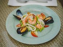 Den nya havs- maträtten i en dyr restaurang modern restaurang Yrkesmässigt kök Härlig portion av mat royaltyfria foton