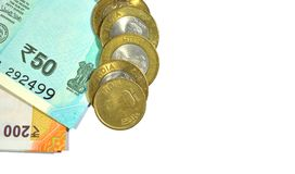 Den nya indiern 50 och 200 rupier med 10 rupier mynt på vit isolerade vit bakgrund Arkivfoton