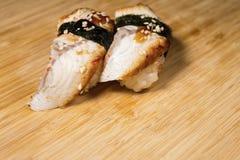 Den nya japanska sushi och rullar roterar på trätabellen Royaltyfri Foto