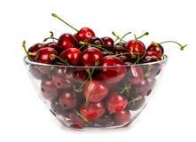 Den nya körsbäret bär frukt i en glass bunke som isoleras på en vit backgro Arkivfoto