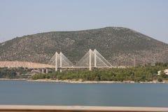 Den nya kabelbron av Chalkida, Grekland som förbinder ön av Evia med fastlandet Grekland mot en blå himmel Royaltyfri Bild