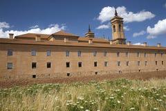 Den nya kloster av San Juan de la Pena, Jaca, i Jaca, Huesca, Spanien som konstrueras efter brand i 1676 och ovanför kloster av Royaltyfri Foto