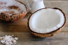 Den nya kokosnöten mjölkar Arkivbild