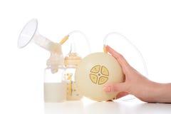 Den nya kompakta elektriska bröstpumpen som ska ökas, mjölkar Royaltyfri Bild
