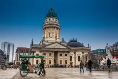 Den nya kyrkan kallade också Tysk Kyrktaga på Gendarmenmarkt i ett kallt slut av vinterdagen arkivbild