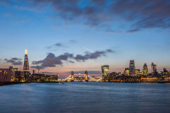 Den nya London horisonten på natten med skärvan, tornbron och skyskraporna av staden Arkivbilder