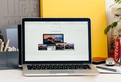 Den nya MacBook Pro näthinnan med handlagstången - finna den bästa macen för yo Arkivbild