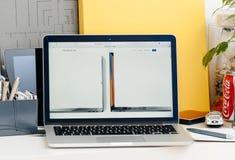Den nya MacBook Pro näthinnan med handlagstången jämför macen Royaltyfri Fotografi