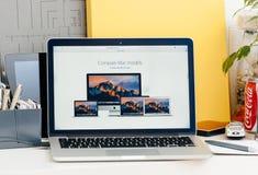 Den nya MacBook Pro näthinnan med handlagstången jämför macmodeller Arkivfoton
