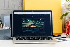 Den nya MacBook Pro näthinnan med handlagstångfinal klippte pro- Arkivbild