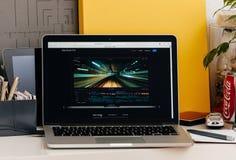 Den nya MacBook Pro näthinnan med handlagstångfinal klippte pro- Royaltyfri Fotografi