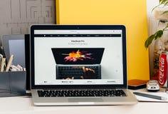 Den nya MacBook Pro näthinnan med handlagstångmänniskan räcker genom att använda den oled stången Arkivfoton