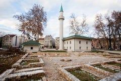 Den nya moskén som byggs nära, fördärvar att återstå från det bosniska kriget Royaltyfri Fotografi