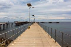 Den nya och gamla bryggan på den snabba fjärden södra Australien på 15th mars Arkivfoto