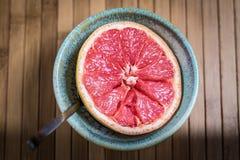 Den nya rosa grapefrukten tjänade som i en bunke som var klar att äta Arkivbild