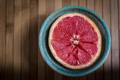 Den nya rosa grapefrukten tjänade som i en bunke som var klar att äta Arkivbilder