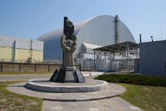 Den nya sarkofaget över den Tjernobyl reaktorn royaltyfri foto