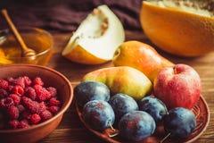 Den nya skörden av frukt och honung på tabellen Royaltyfri Bild