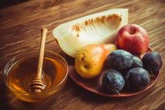 Den nya skörden av frukt och honung på tabellen Arkivfoton