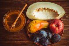 Den nya skörden av frukt och honung på tabellen Royaltyfria Foton