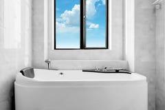 Den nya toaletten och badkaret Arkivbilder