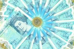 Den nya UK-polymern fem pund anmärkning och de nya 12na sid myntet £1 Arkivfoto