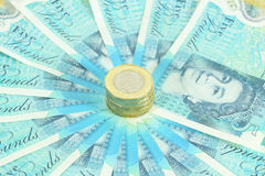 Den nya UK-polymern fem pund anmärkning och de nya 12na sid myntet £1 arkivfoton