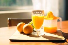Den nya utgångspunkten gjorde orange fruktsaft Arkivfoton