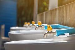 Den nya vattenkranen, ändrar den plast- vattenkranen och blassvattenkranen i skola Fotografering för Bildbyråer