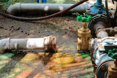 Den nya vattenventilen har reparationsrör med att ändra av det sammanfogade röret för klappet för gammal rost för metern industri Arkivbild