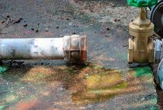 Den nya vattenventilen har reparationsrör med att ändra av det sammanfogade röret för klappet för gammal rost för metern industri Royaltyfri Bild
