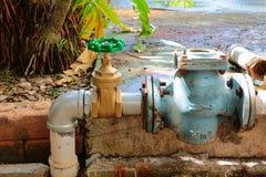 Den nya vattenventilen har reparationsrör med att ändra av det sammanfogade röret för klappet för gammal rost för metern industri Arkivbilder