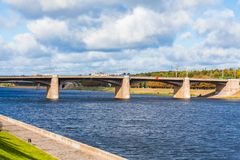 Den nya Volga bron och stadskajen i Tver, Ryssland Pittoreskt flodlandskap bluen clouds skyen narrow för lawn för green för djupf arkivfoto