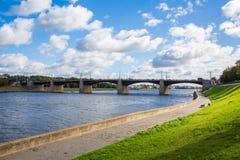 Den nya Volga bron och stadskajen i Tver, Ryssland Pittoreskt flodlandskap bluen clouds skyen narrow för lawn för green för djupf royaltyfri fotografi