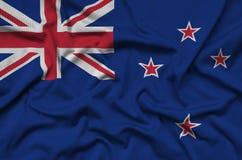 Den nyazeeländska flaggan visas på ett sporttorkduketyg med många veck Baner för sportlag royaltyfri bild