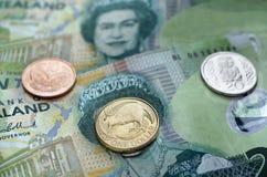Den nyazeeländska valutadollaren noterar och myntar pengar Royaltyfri Foto