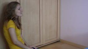 Den nyckfulla dotterflickan får ut från garderoben men kramar inte hennes moder lager videofilmer