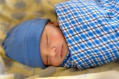 Den nyfödda eurasianen behandla som ett barn att sova Arkivbild