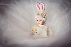Den nyfödda keramiska dockan behandla som ett barn Arkivbild